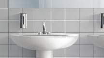 Baño público blanco