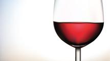 Copa con vino tinto de aspecto realista