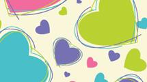 Corazones de colores en fondo liso