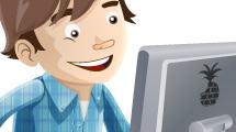 Diseñador con tableta y monitor