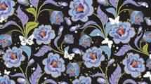 Fondo negro con flores violetas y mariposas blancas