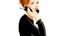 Joven de negro hablando por teléfono
