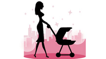 Silueta de una joven madre paseando su bebé