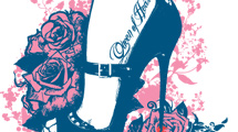 Zapato femenino con flores rosas y tatuaje